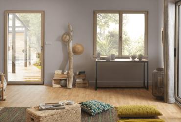 Ambiance chaleureuse et moderne avec des fenêtres SO' intérieur bois